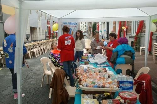 Maquillage et ventes de sachets bonbons à la fête de rue Camille Desmoulins à Lille